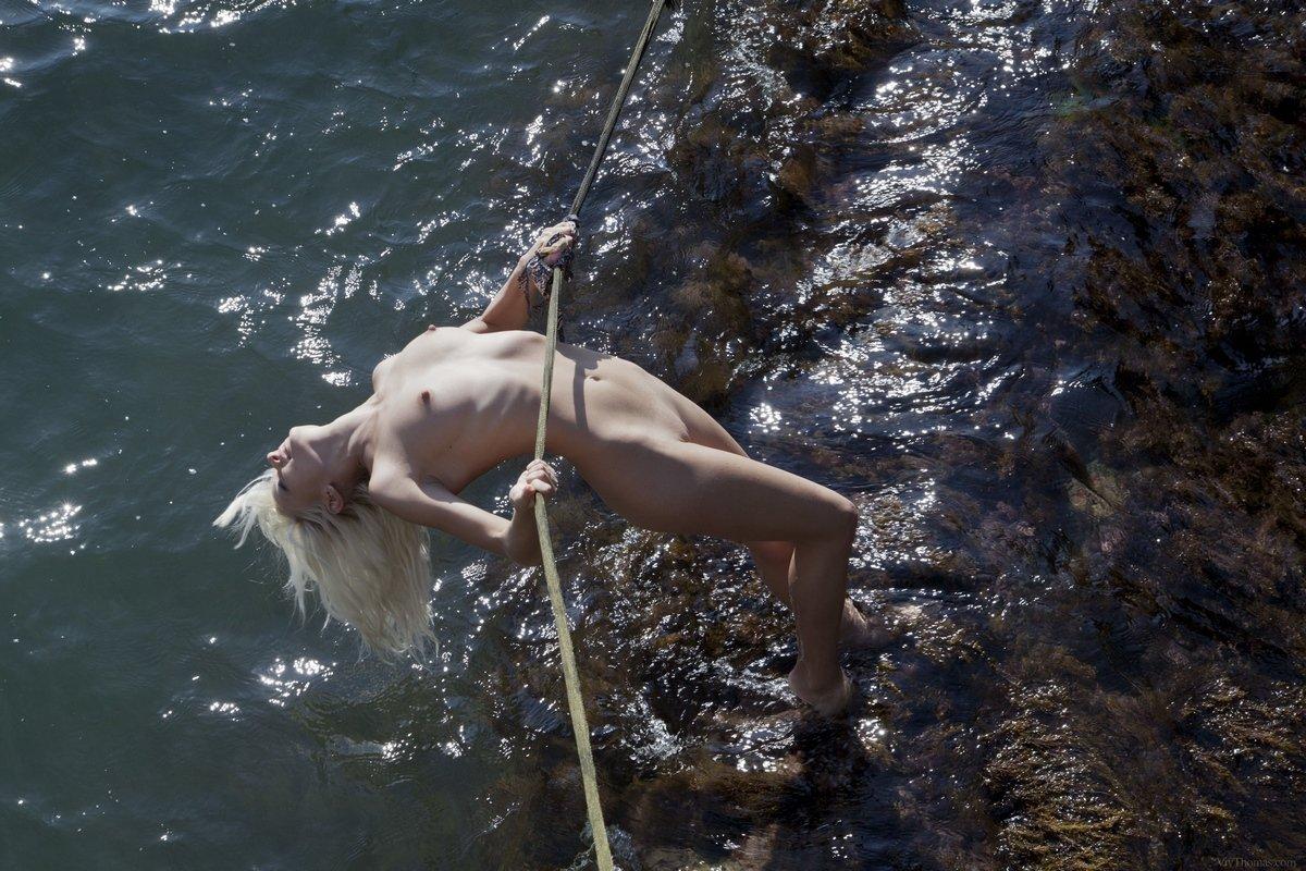 Секс голой блондиночки в гамаке над морем