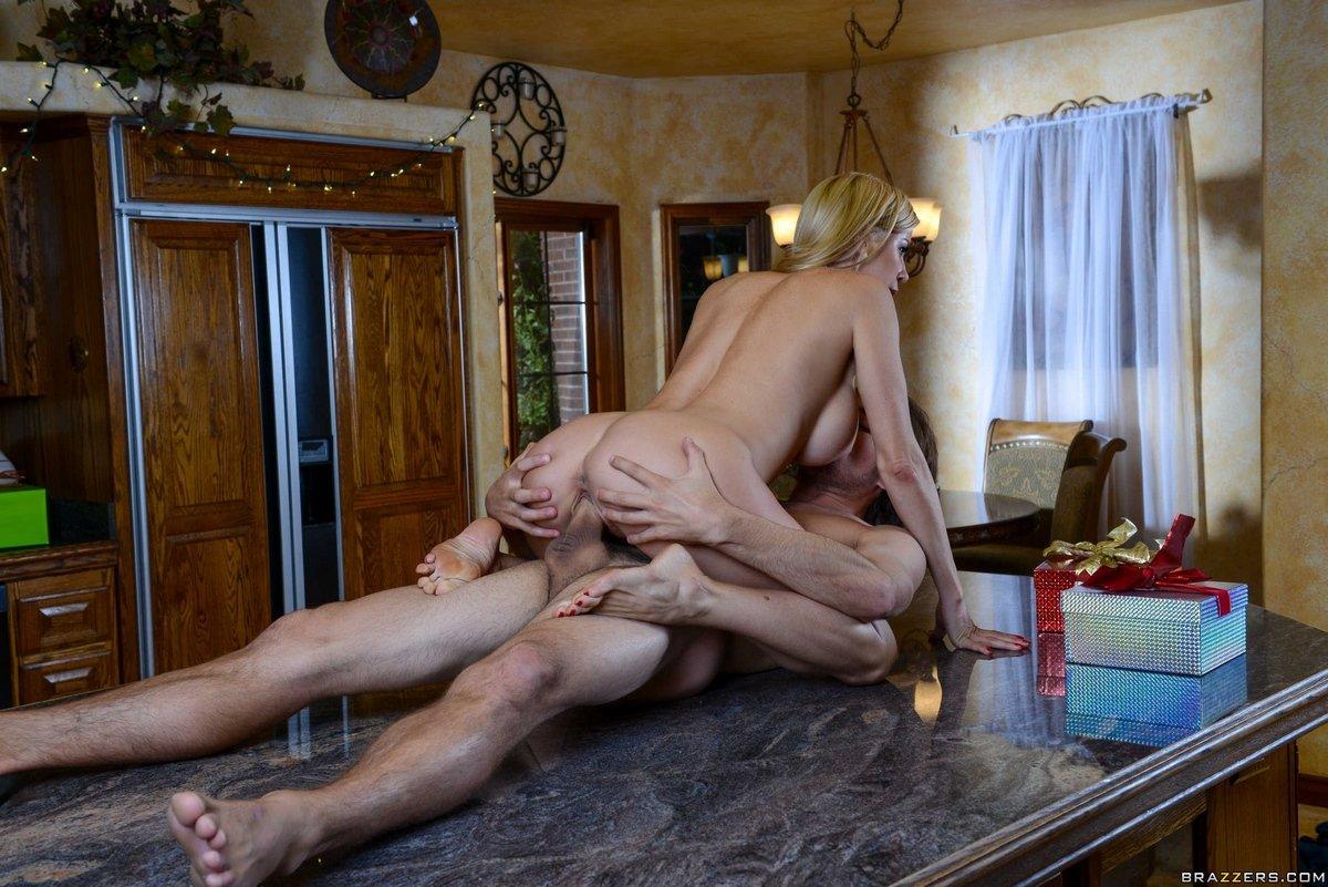 Нежный интим с нарядной блондиночкой с громадной грудью