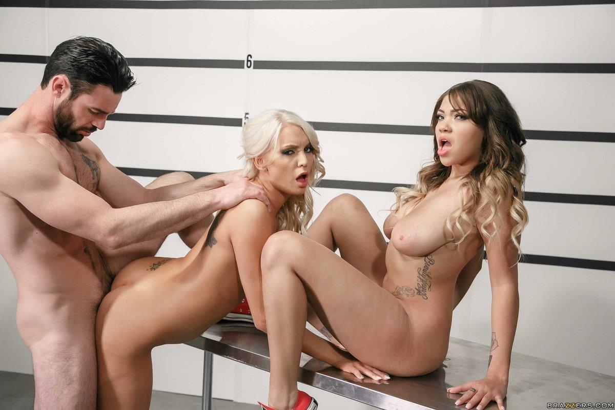 Секс втроем мужчина с двумя горячими красотками