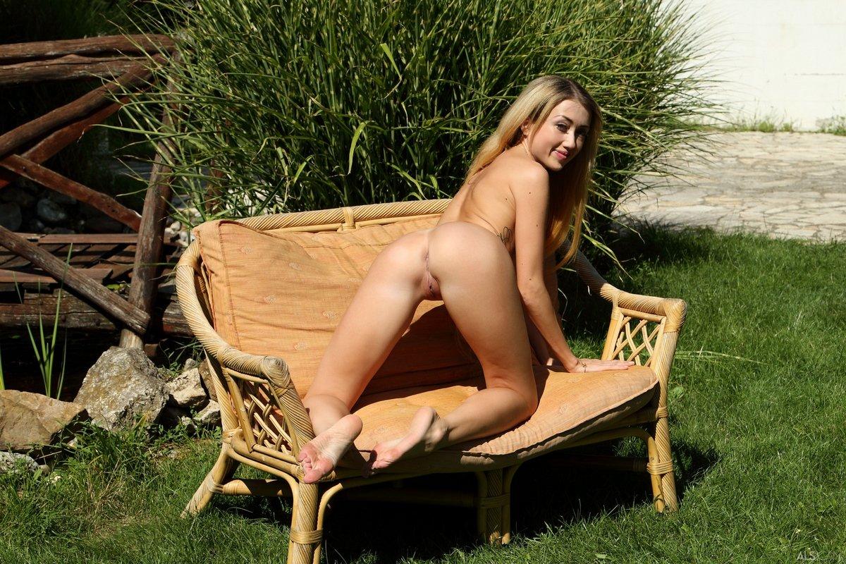 Худенькая девушка с маленькой грудью в саду