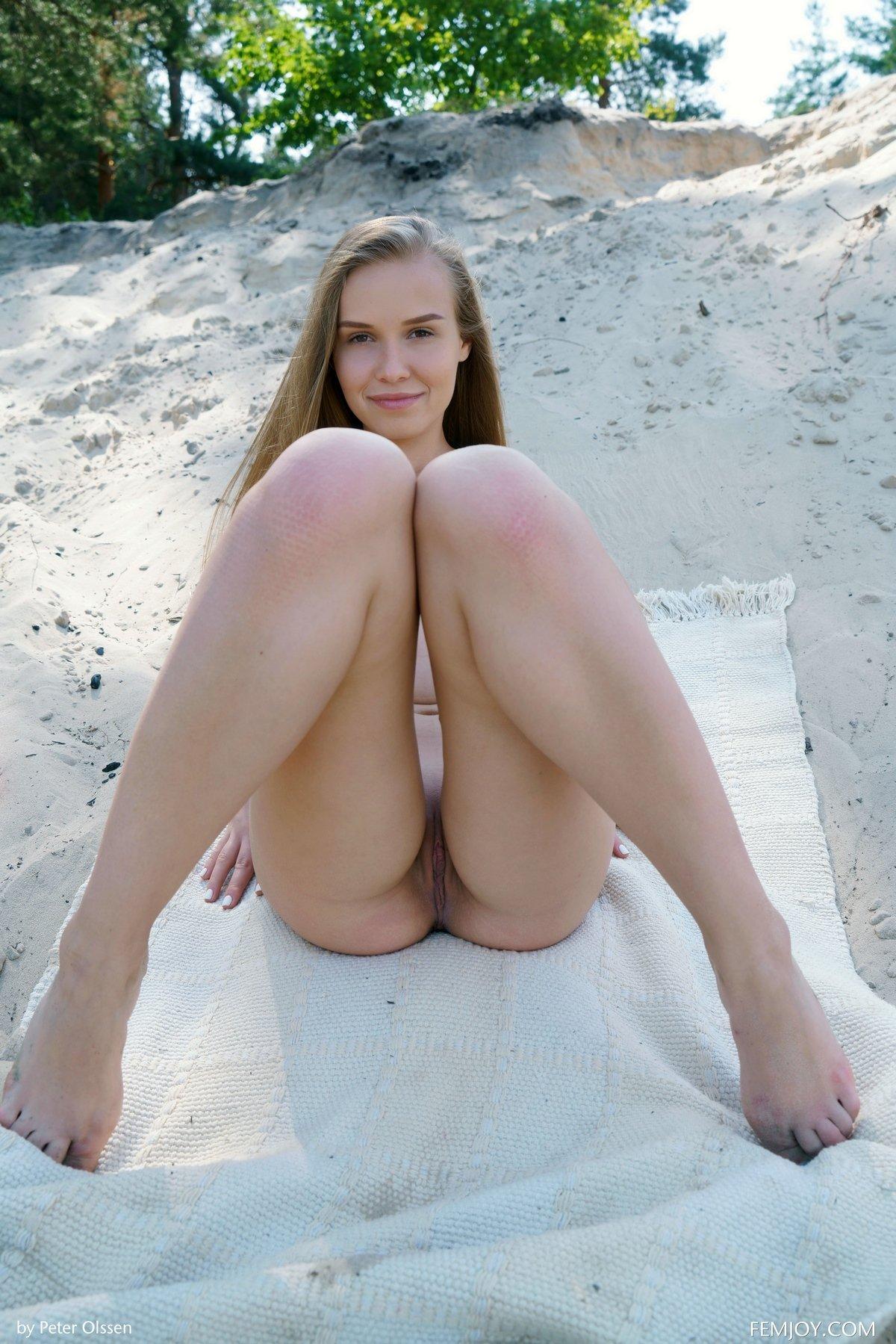 Девушка с длинными волосами сняла купальник на природе