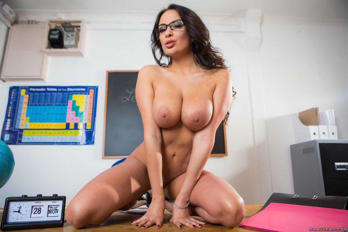 Очень сексуальная темноволосая девка с гигантской грудью