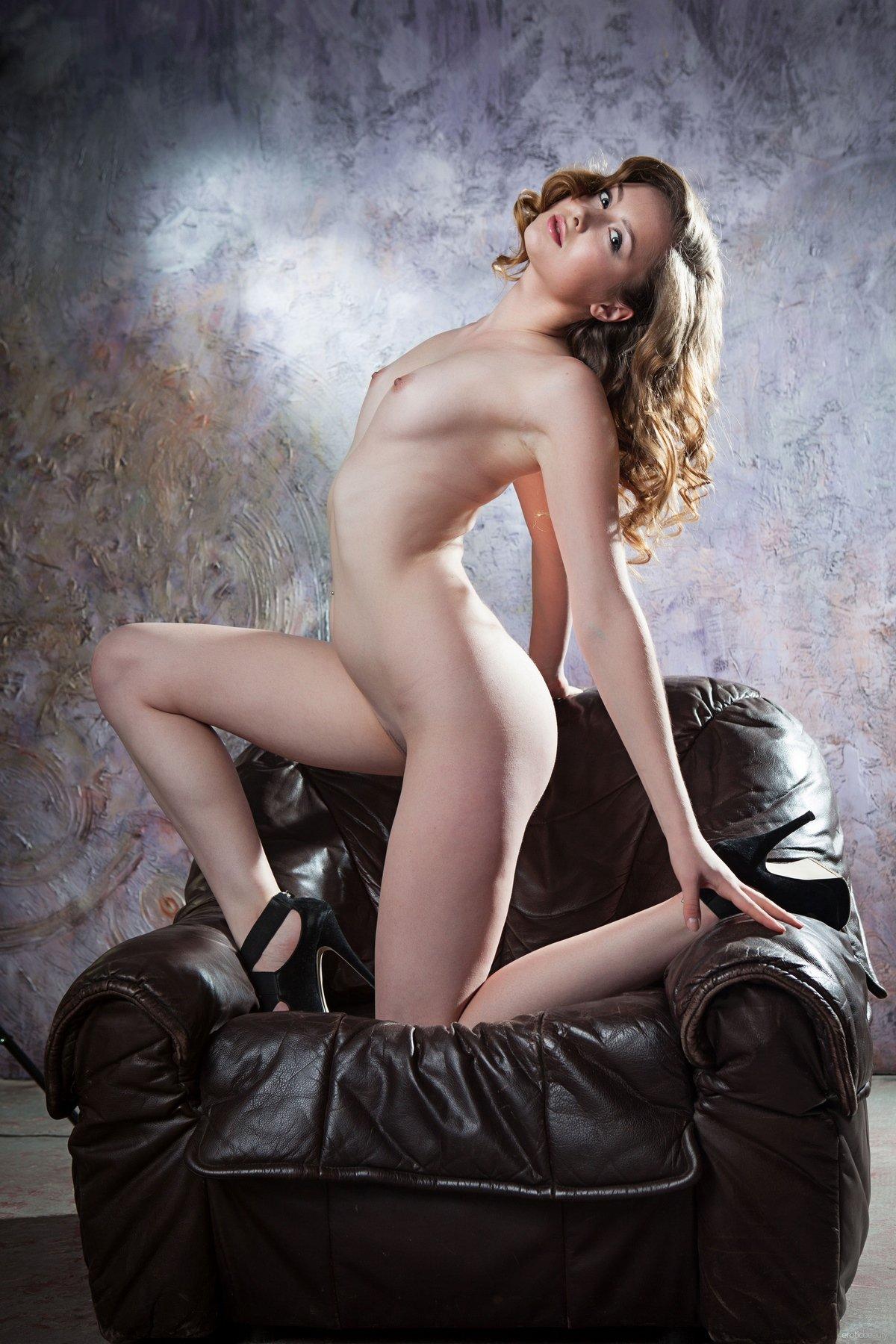 Порнография изящной девки с кудрявыми волосами