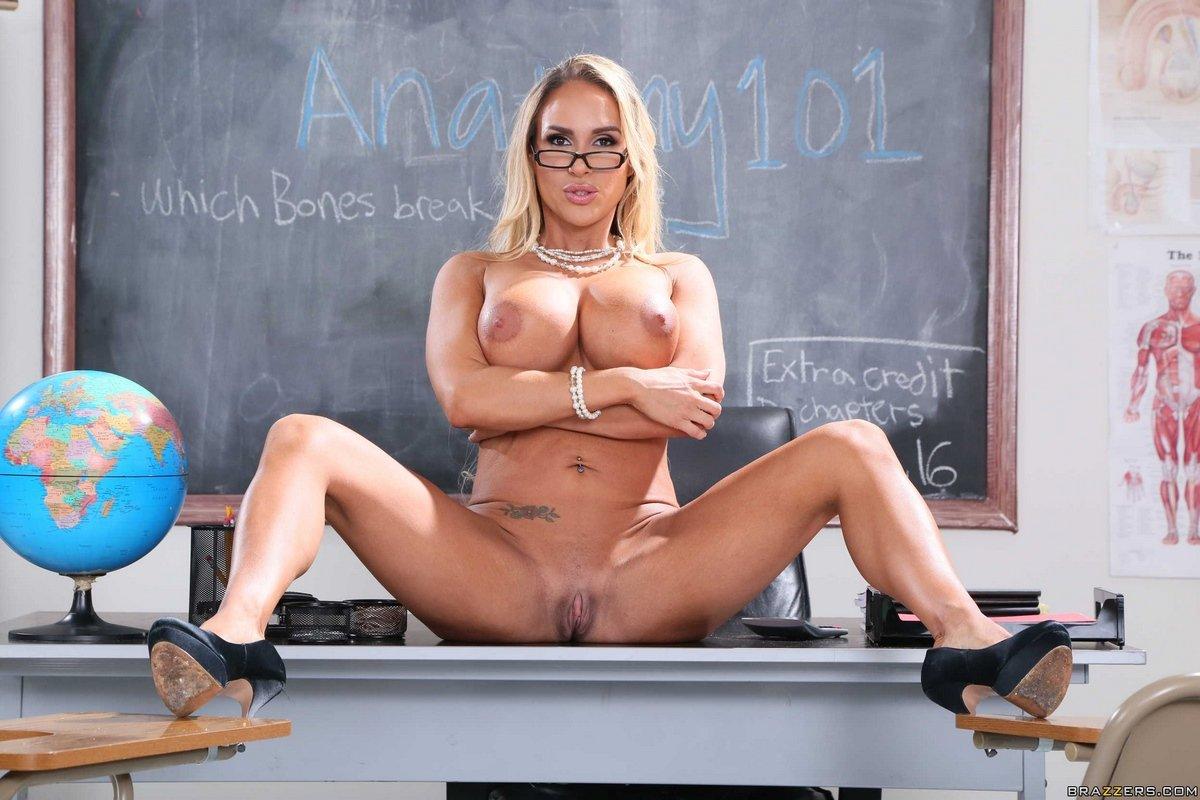 Возбуждающая учительница с огромной силиконовыми сиськами