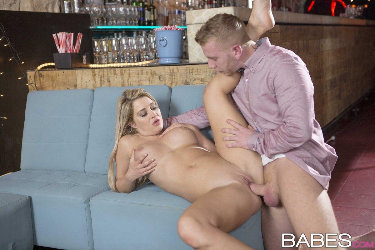 Секс с шикарной блондинкой в баре