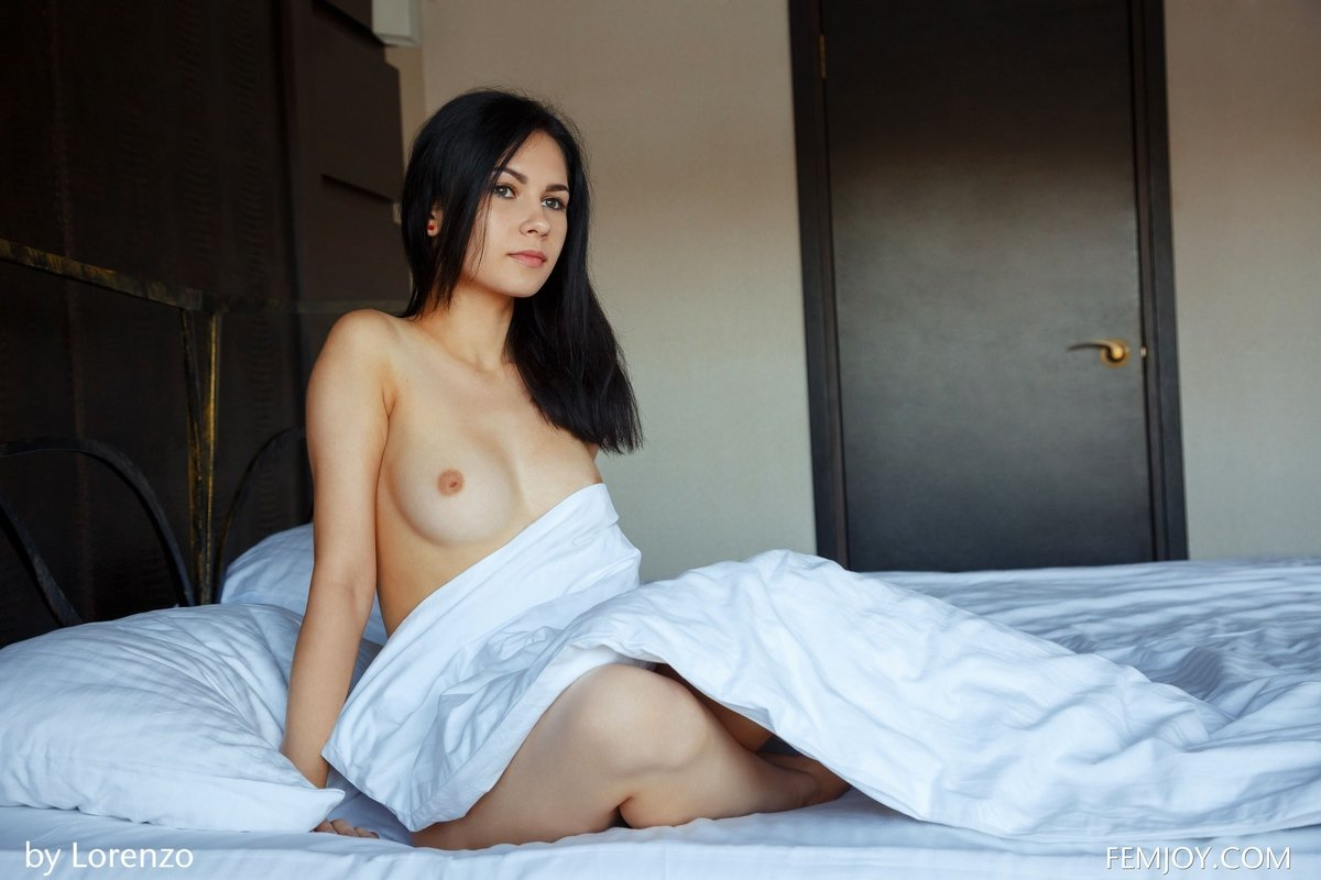 Фото голых девушек в постели-брюнеток