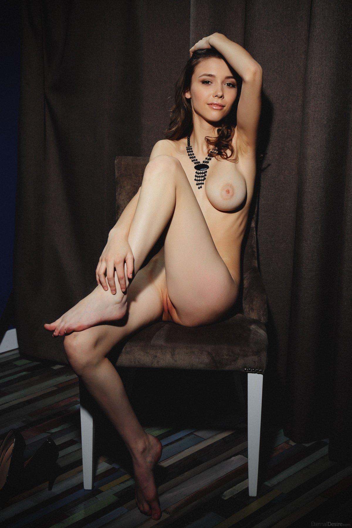 Молодая девушка с классными сиськами в темной комнате