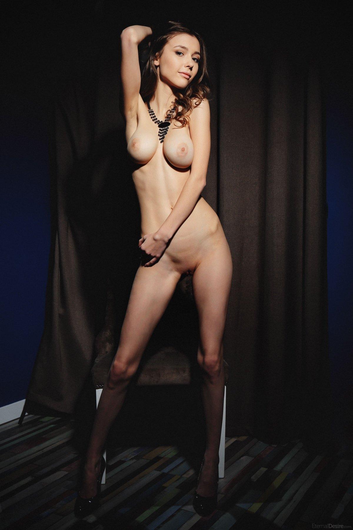Девушки шатенка голая секси грудь тело ножки каблуки