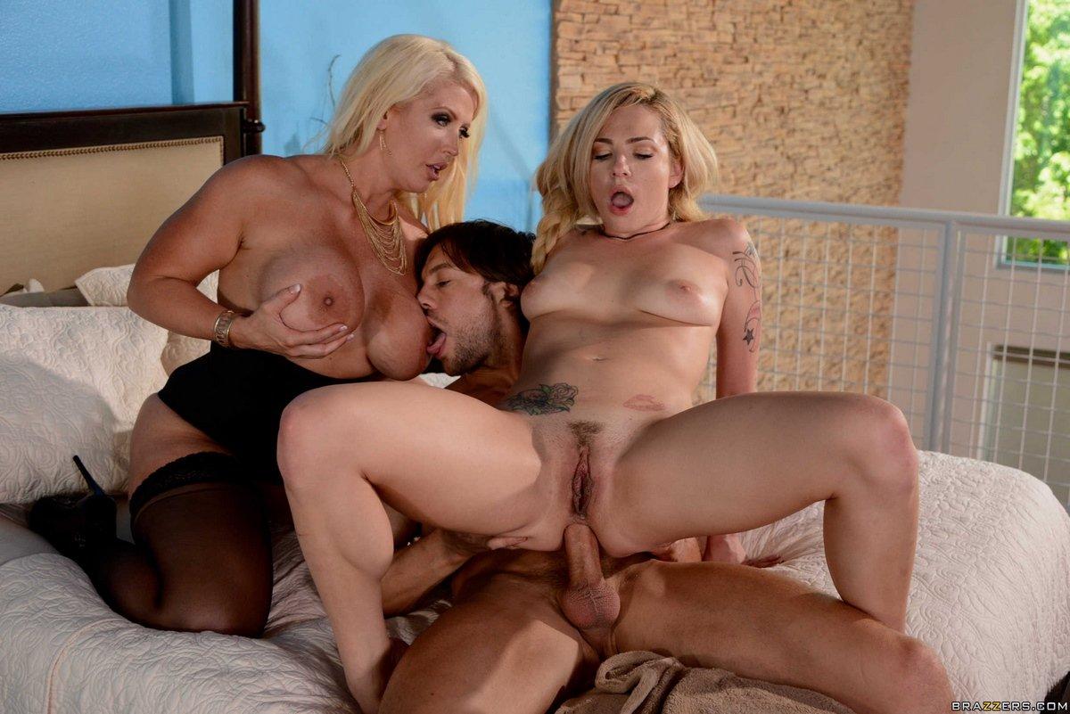 Юноша занимается сексом с красивой блондиночкой и совершеннолетней моделью