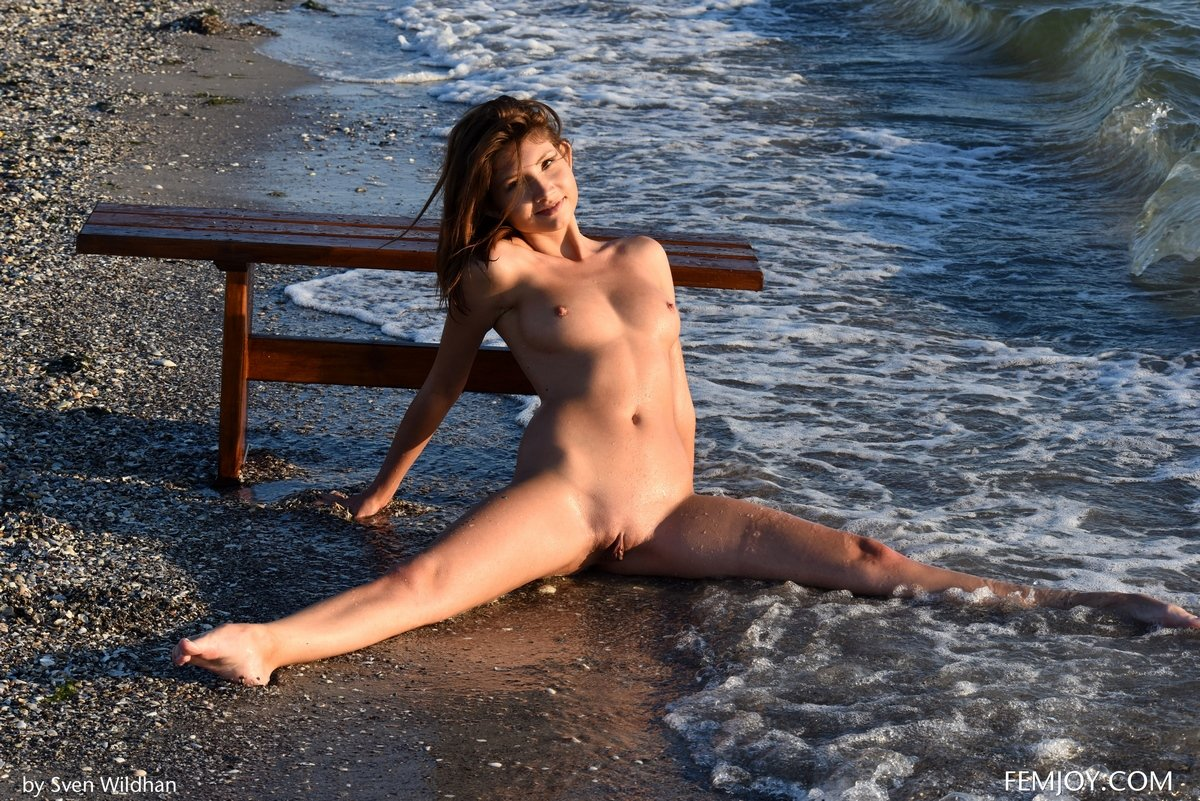 Девушка без трусиков купается в бурном море