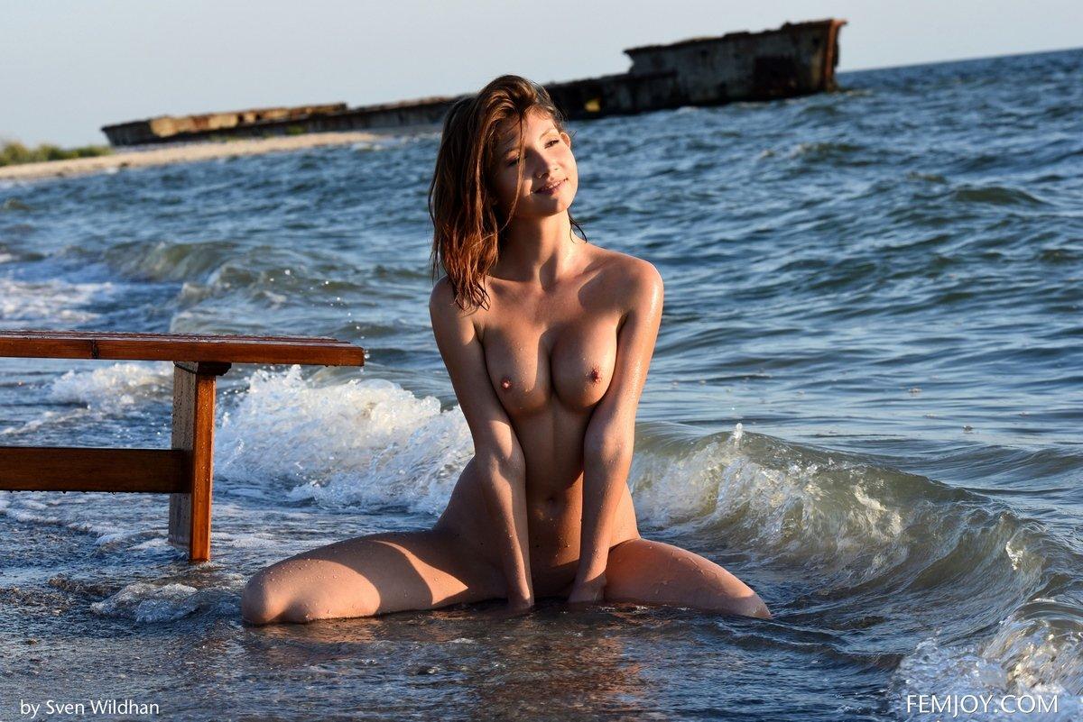 в купается море девушка трусиков без