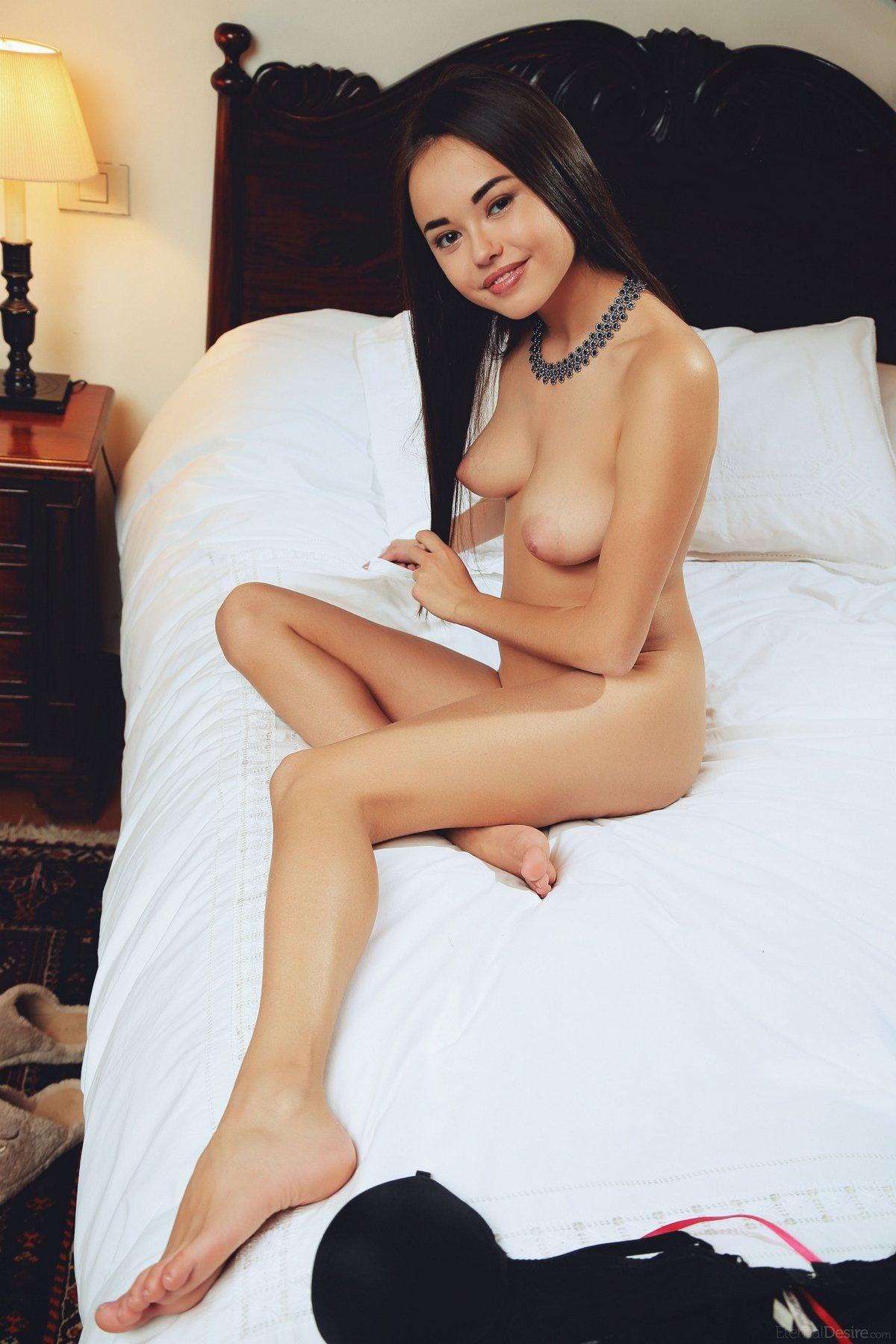 Изящная нагая девушка Мун Ли в спальне