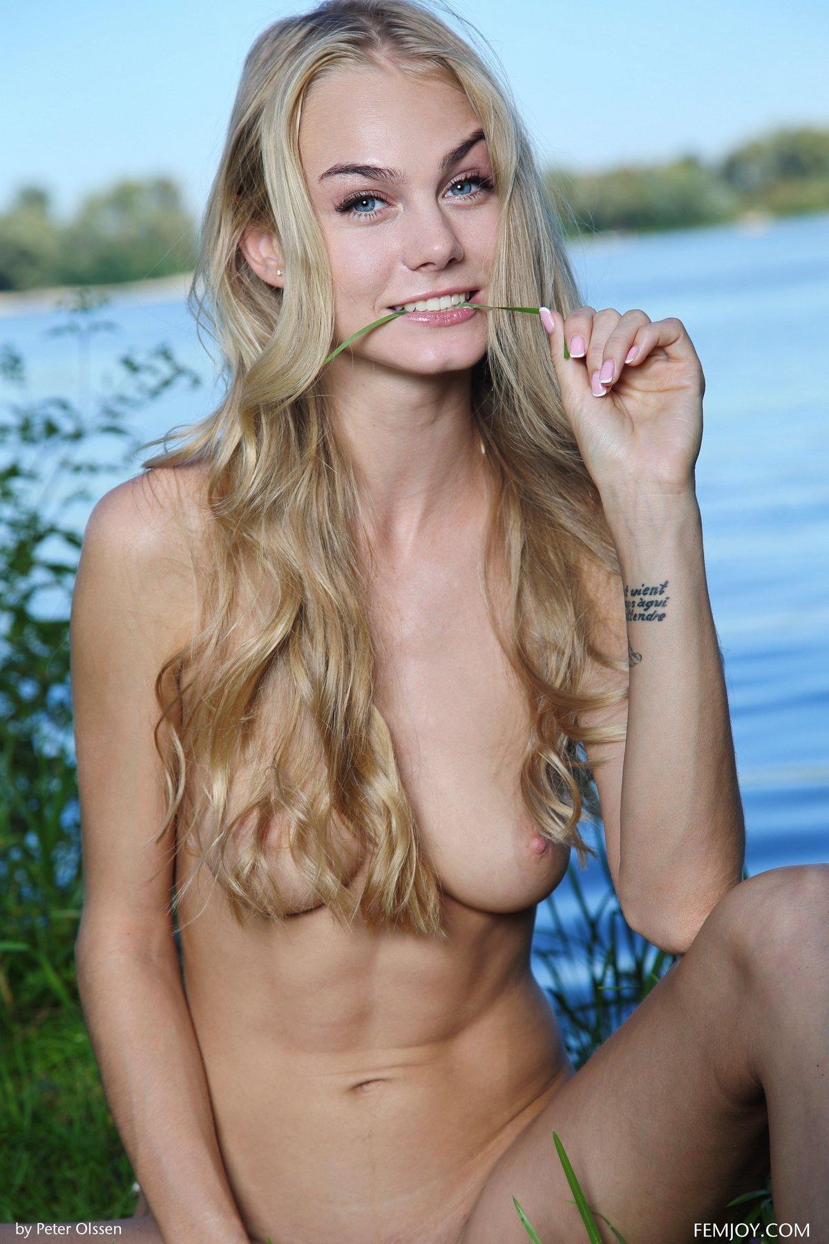 Красивая голая блондинка на природе