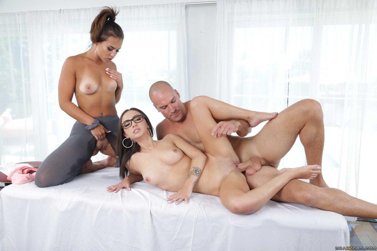 Секс втроем с двумя девушками на столе для массажа