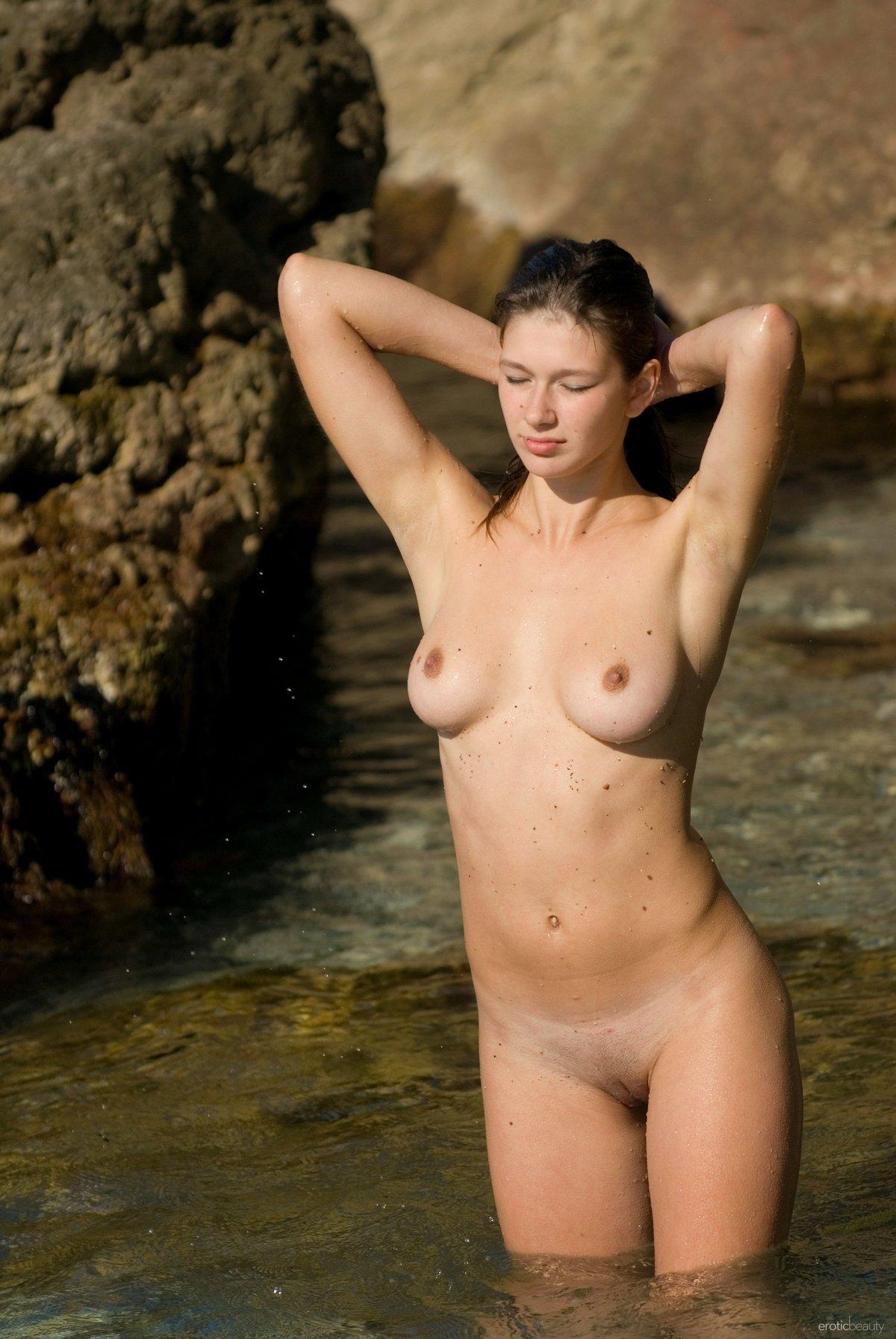 Фото ню голой девушки в море