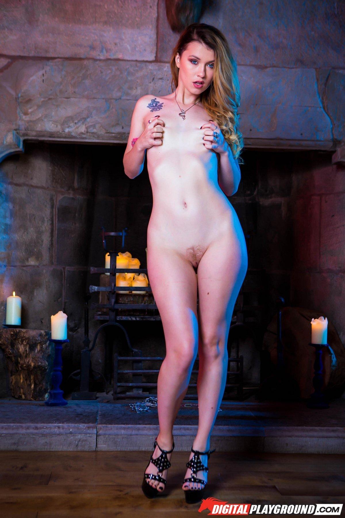 Похотливая блондинка в светлых чулочках возле камина смотреть эротику