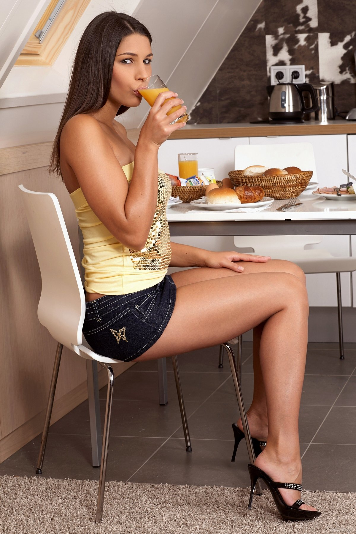 Красивая девушка разделась во время завтрака