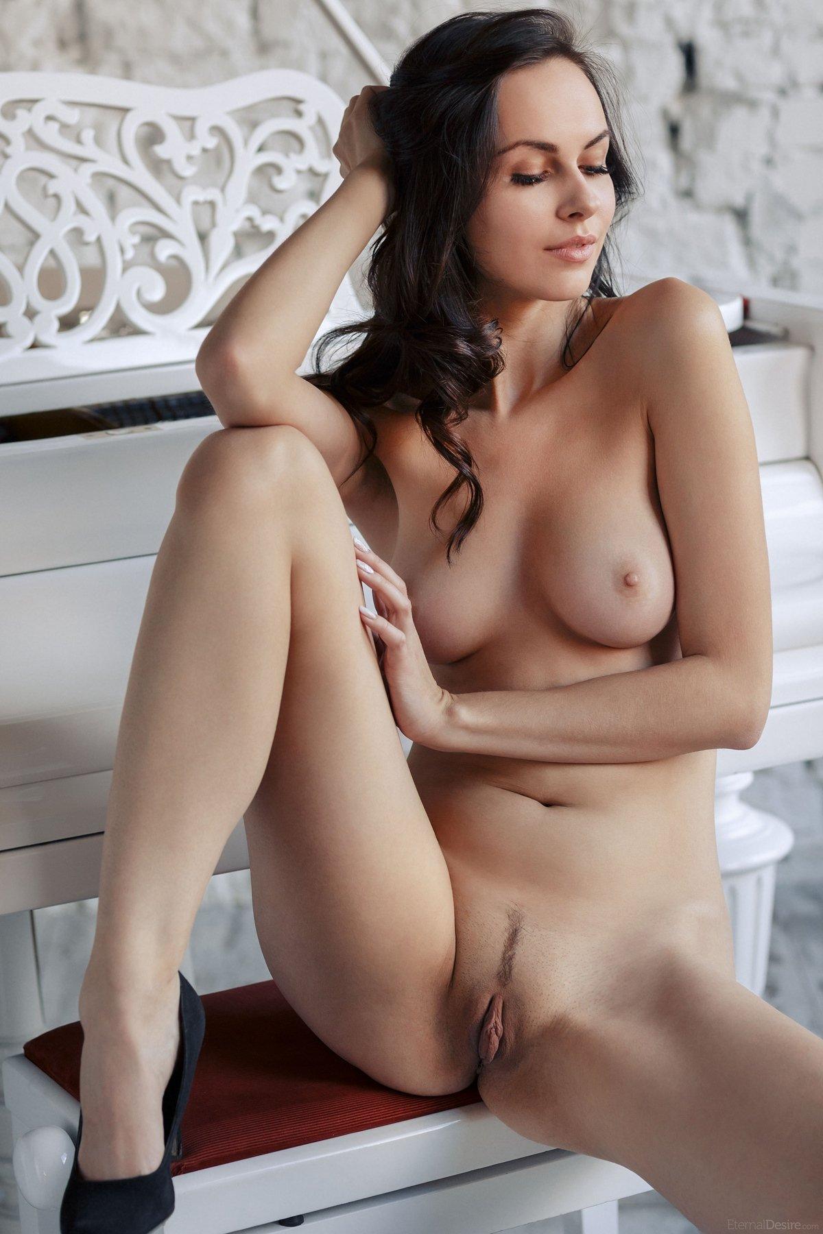 Красивые груди и ноги брюнеток