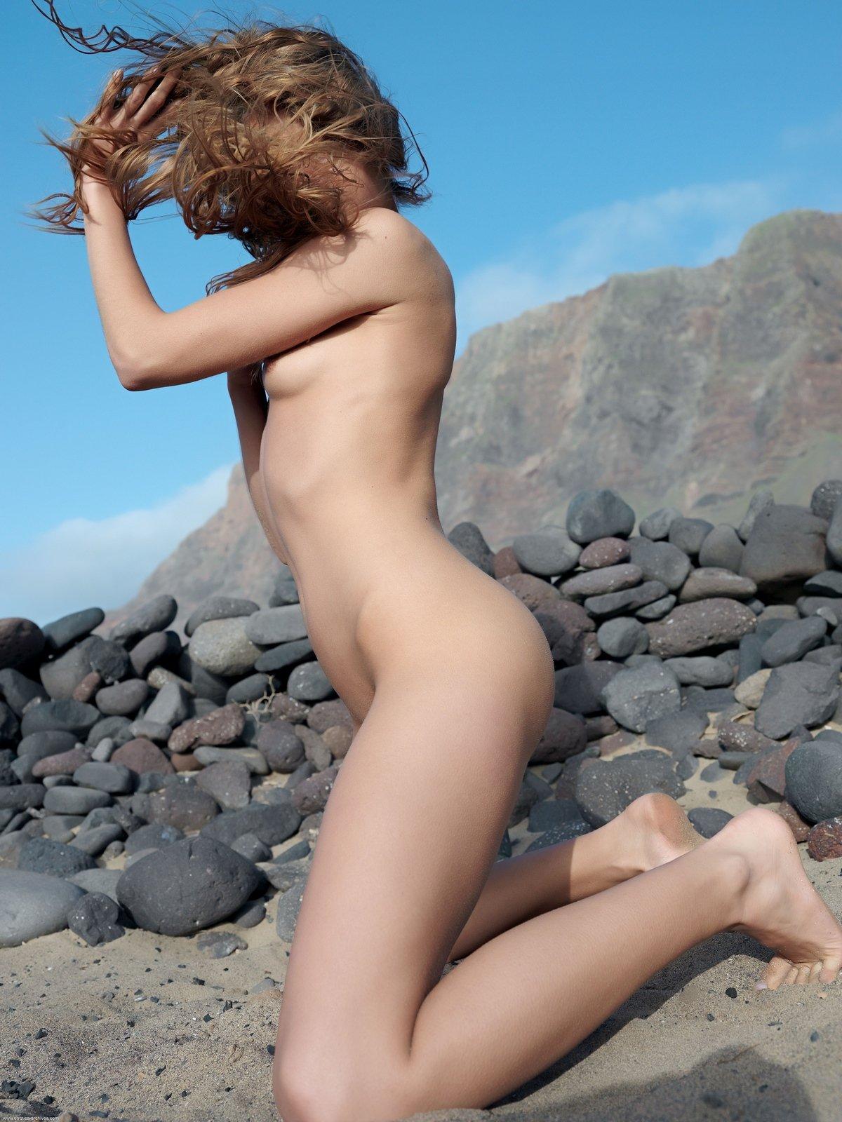 Сучка на камнях нагая на свежем воздухе