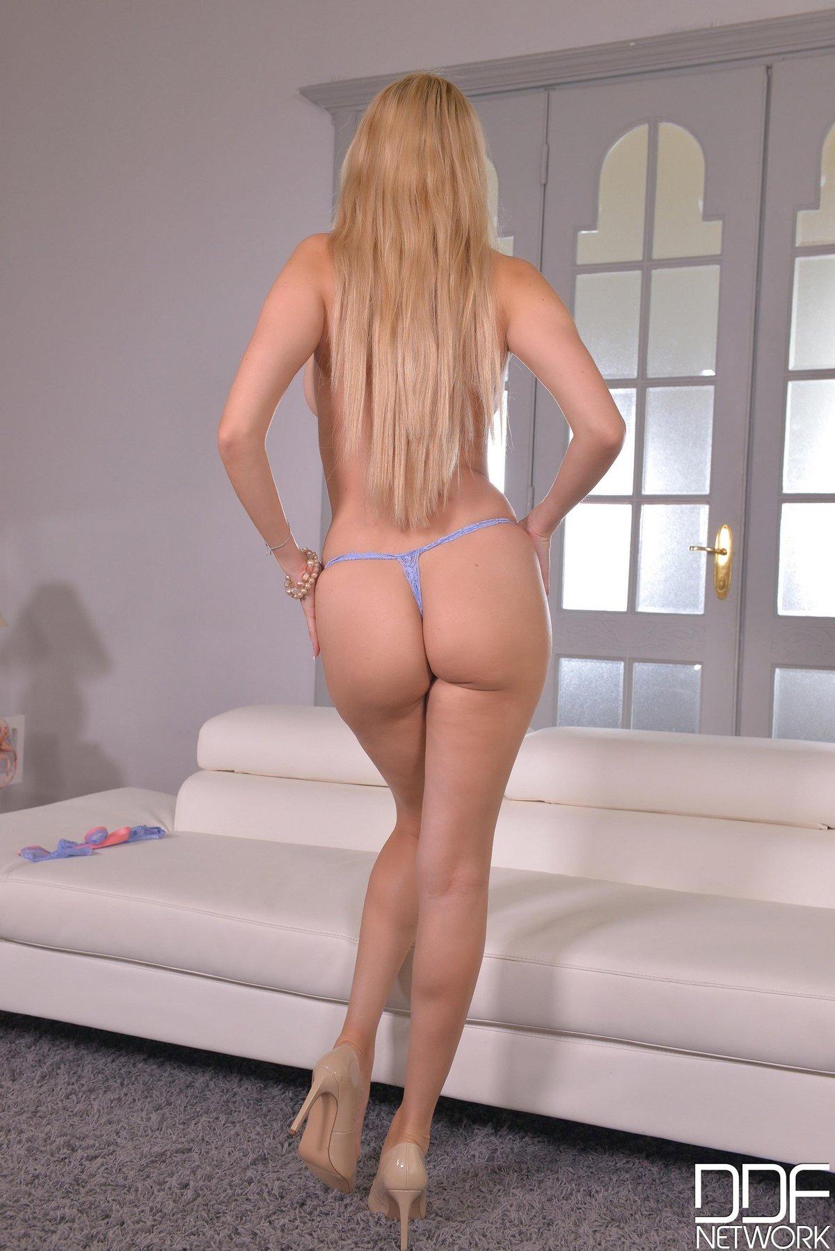 Няшка блонди с красивыми сиськами смотреть эротику