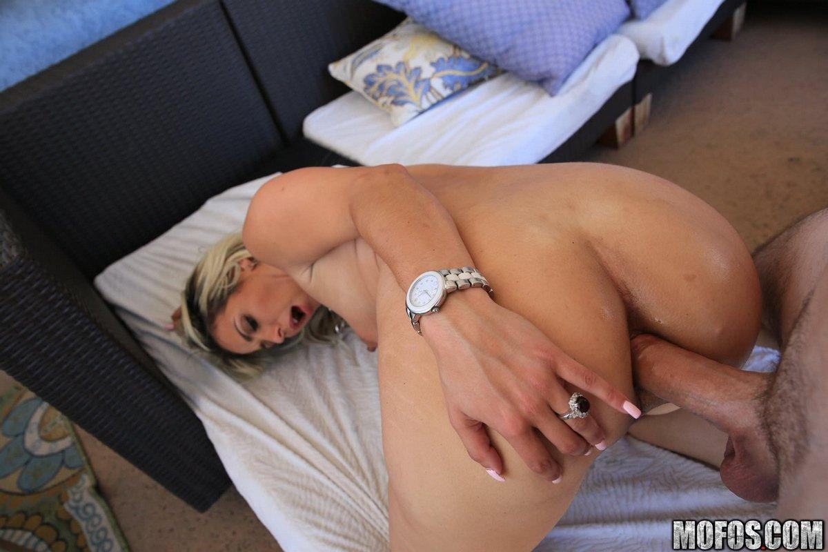 Трахнул в задницу сексуальную блондинку