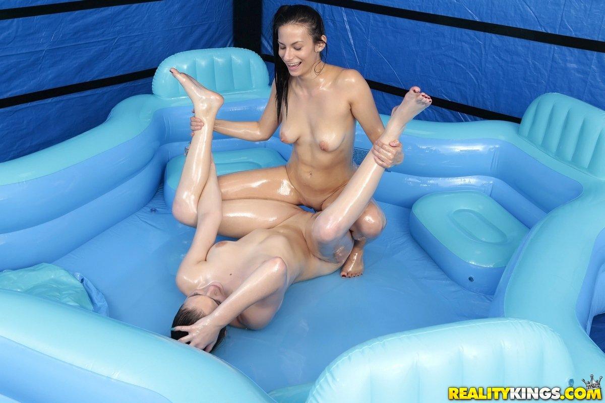 С самотыком в бассейне, Люси мастурбирует розовым самотыком лежа в надувном 14 фотография