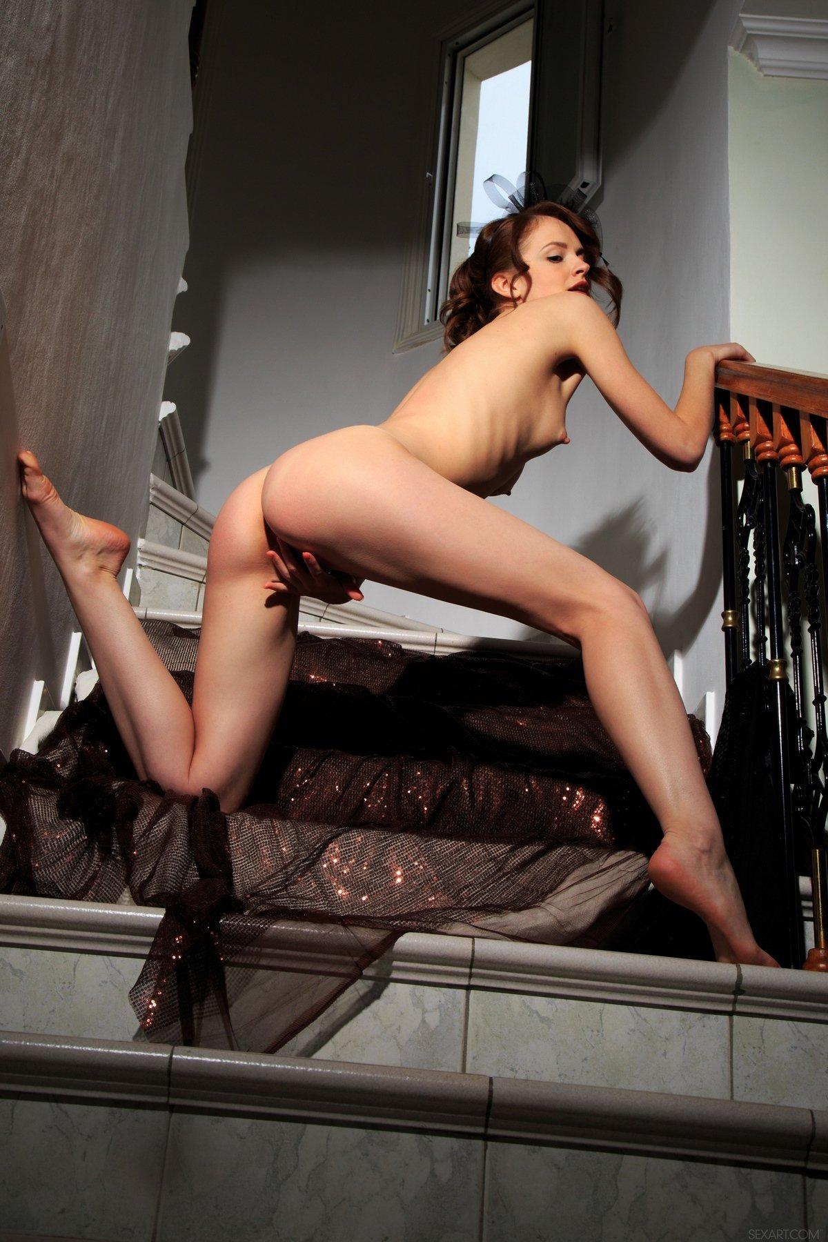 Чувственная эротика обнаженной девушки на лестнице
