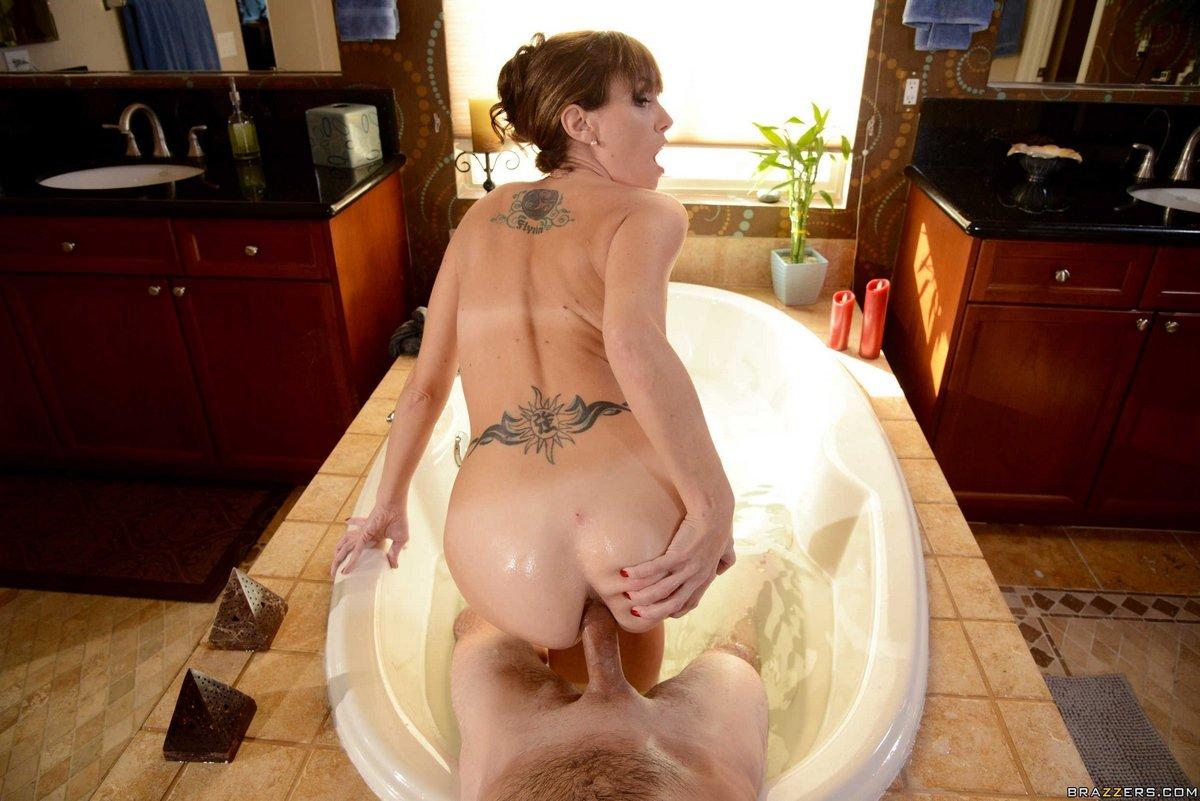 Порно фото женщины Alana Cruise в ванной