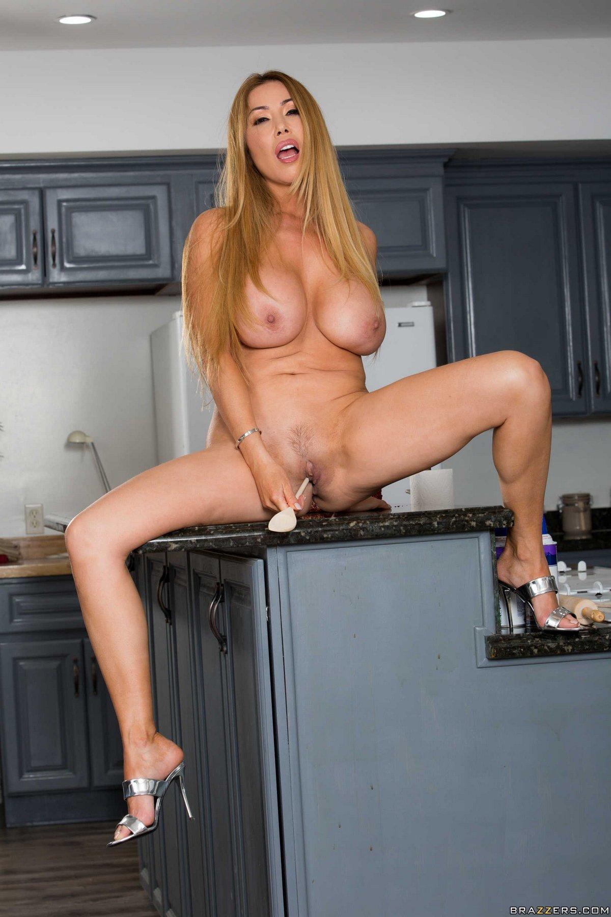 Похотливая блондинка с гигантскими буферами в домашних условиях смотреть эротику