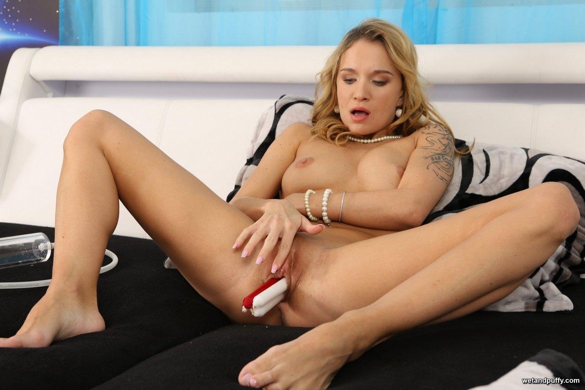Блондинка мастурбирует с двумя свечами