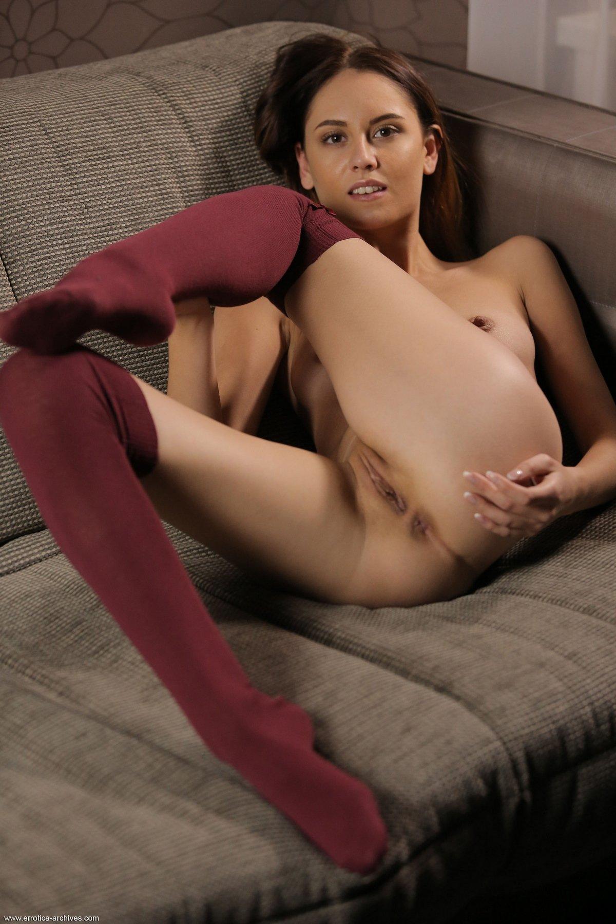 Молодая девушка в чулочках откровенно позирует
