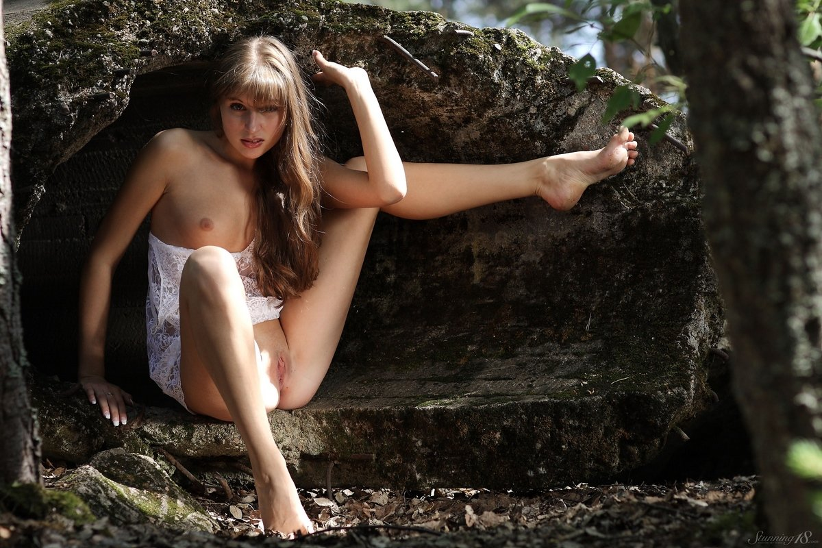 Секс девахи с прекрасными волосами в саду