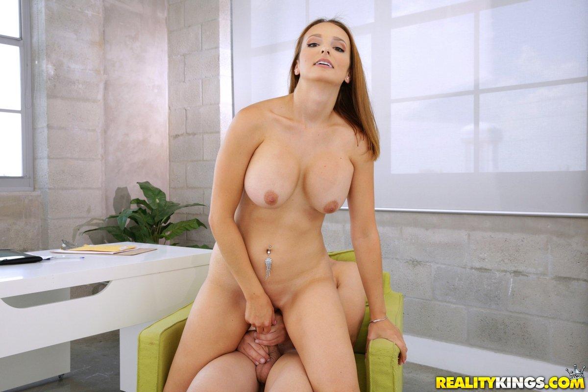 Милфа с гигантскими грудями трахается в кабинете