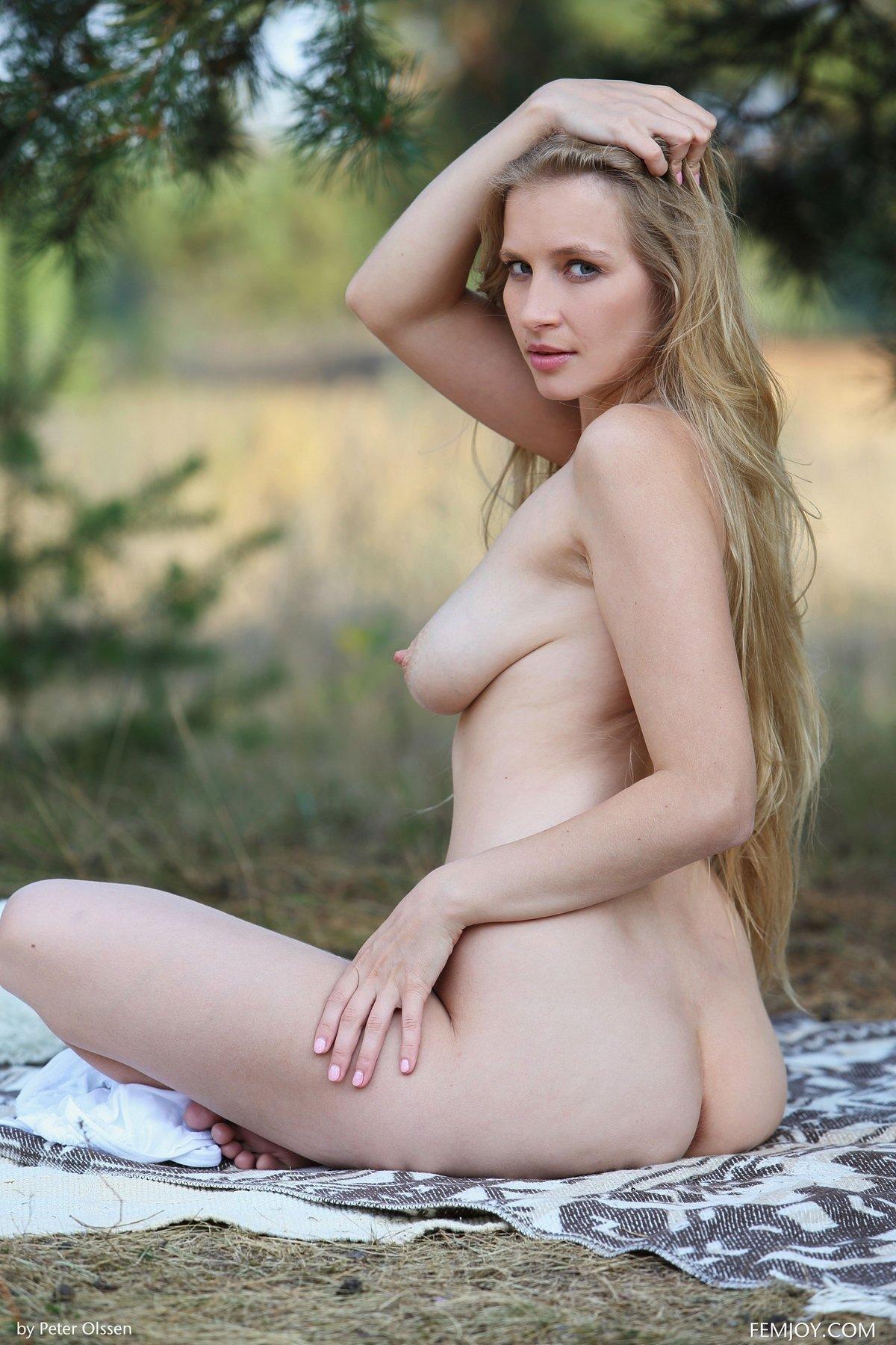 Девушка с красивой натуральной грудью на природе