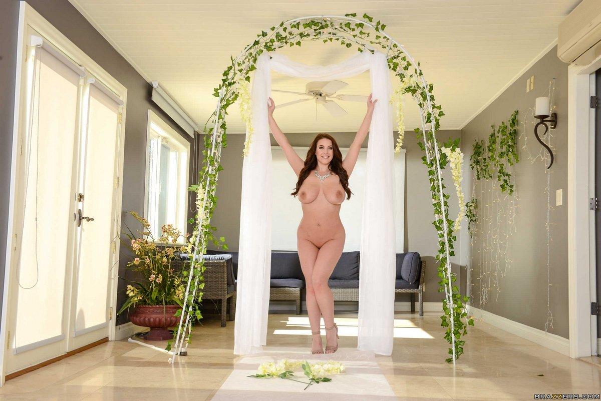 Женщина с большими сиськами под аркой из цветов