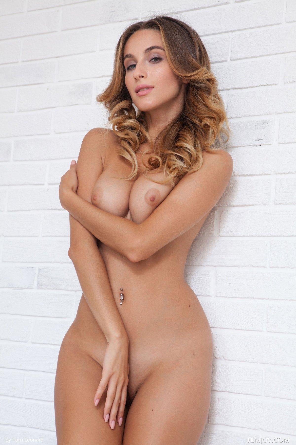 Симпатичная обнаженная дама на маленьком столике секс фото