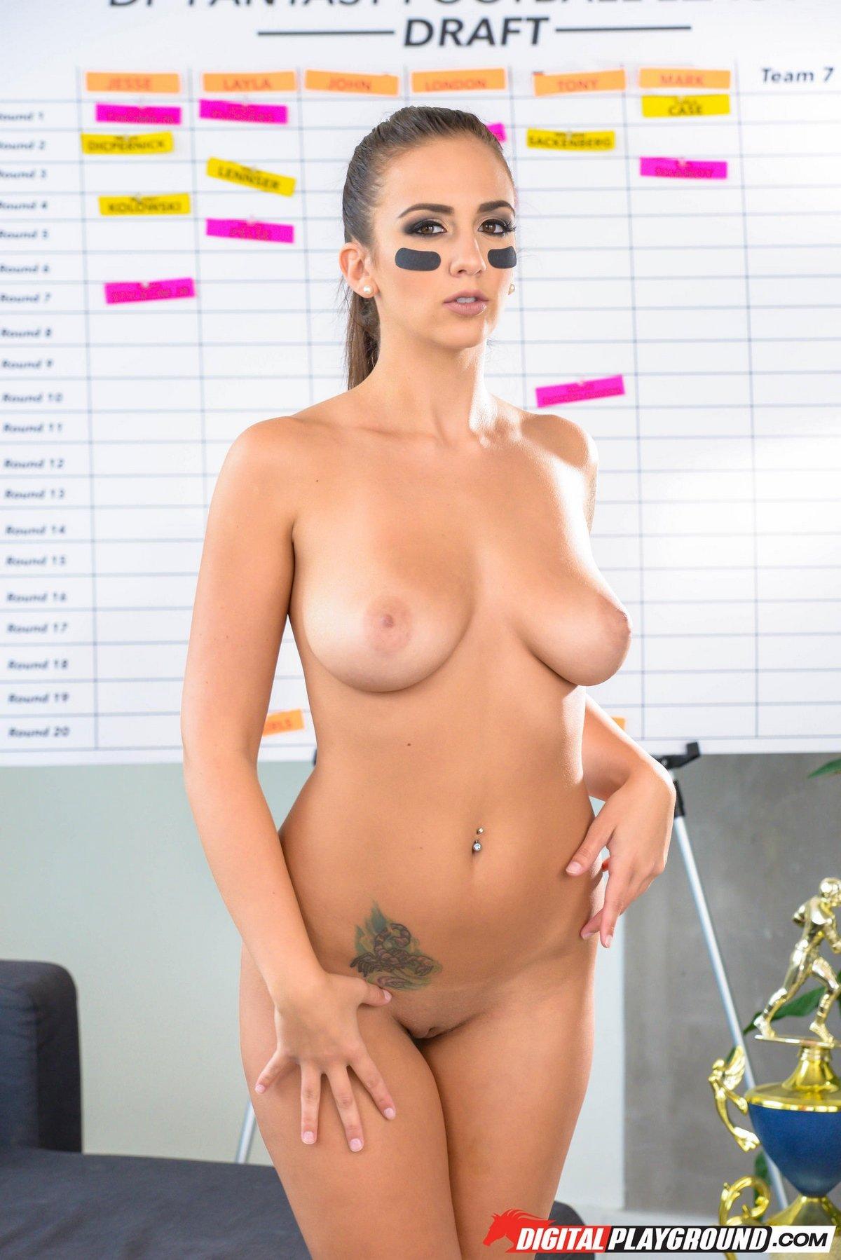 Футбольная болельщица оголила милое голые сиськи