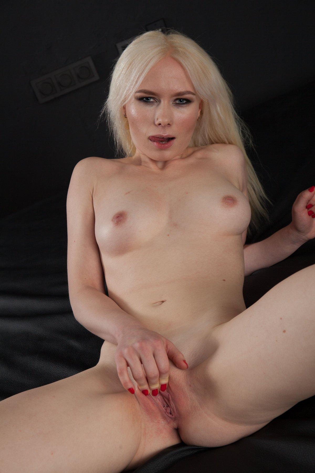Обнаженка возбужденной блондиночки в черном боди