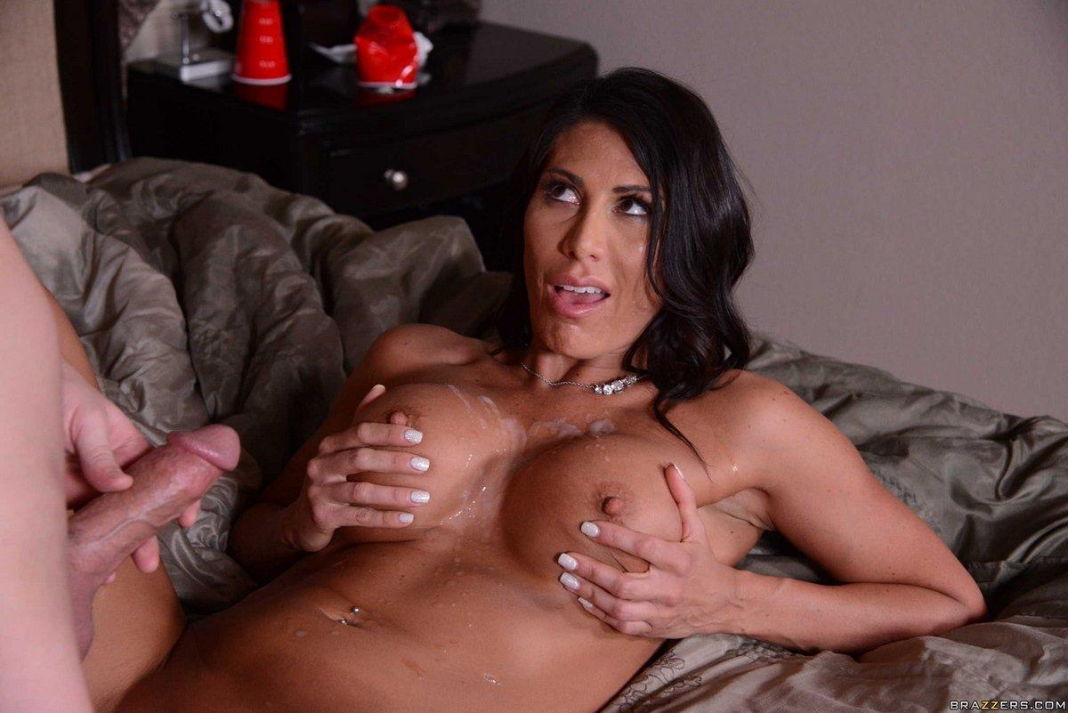 Порно фото женщины с классными сиськами на кровати