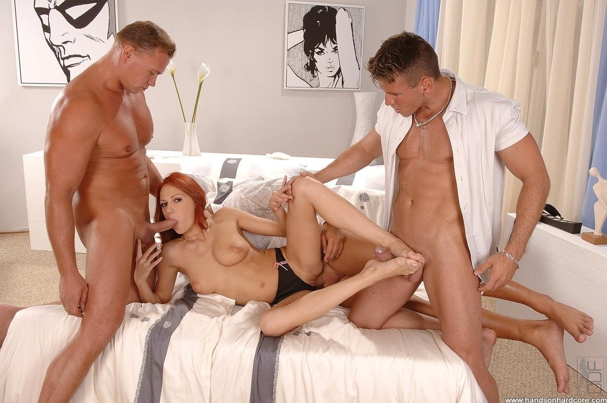 Порно на диване трое