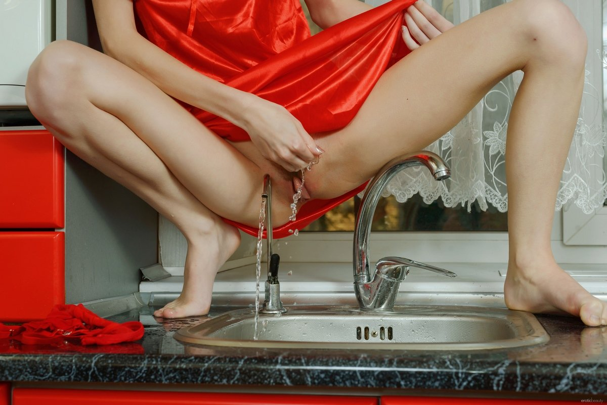 Рыжая с мокрой киской на кухне