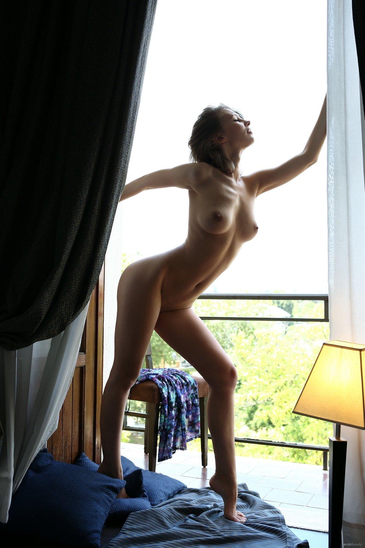 Чувственные фото голой шатенки на балконе