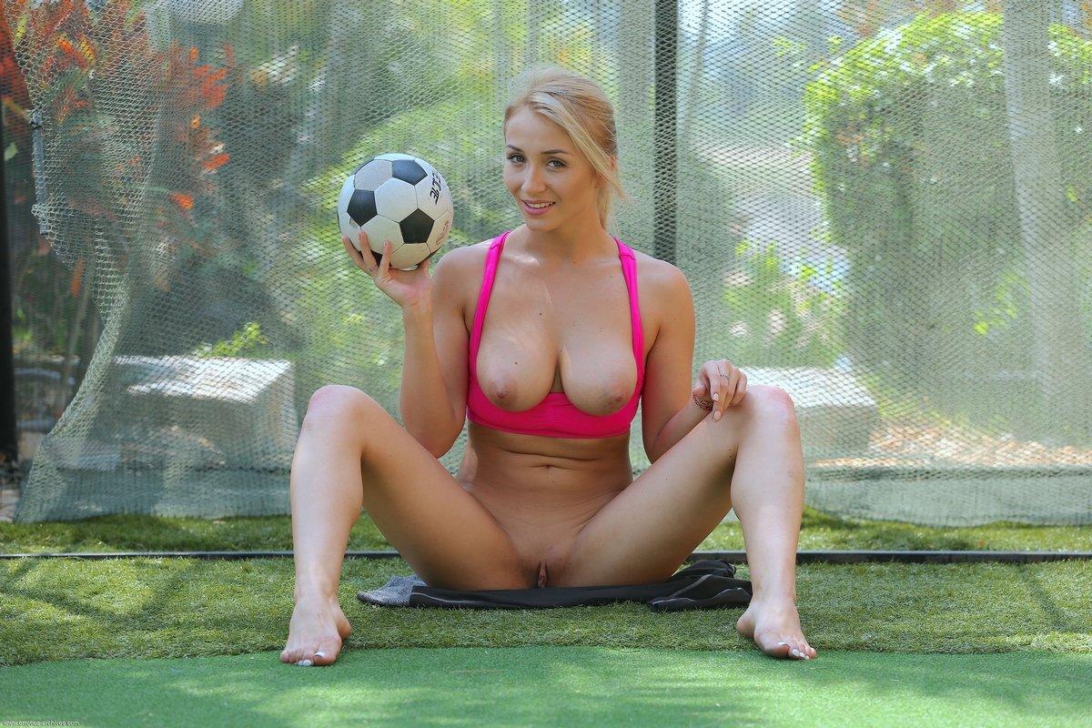 Голая блонди с футбольным мячом