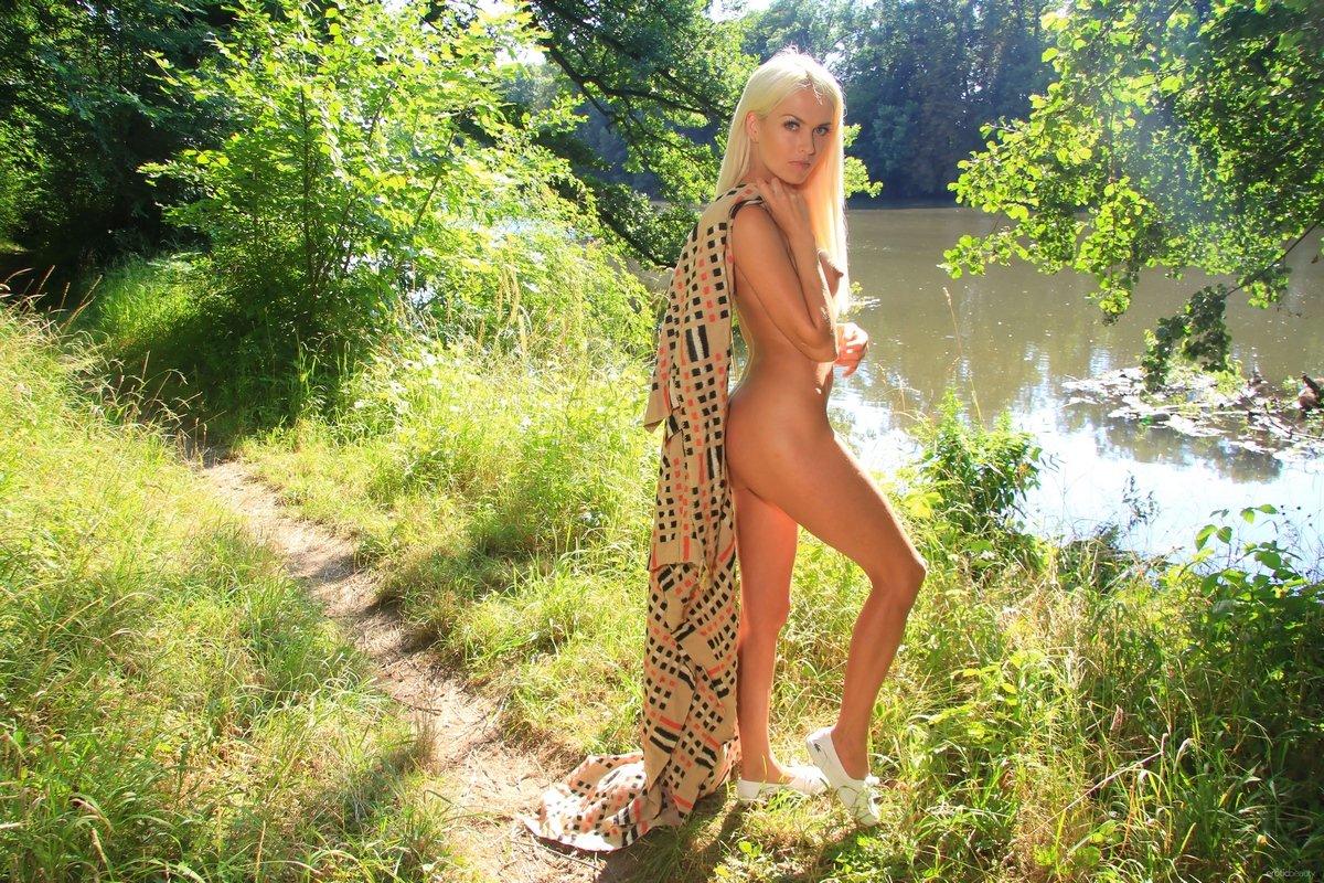 Секс голой блондинки в лесу