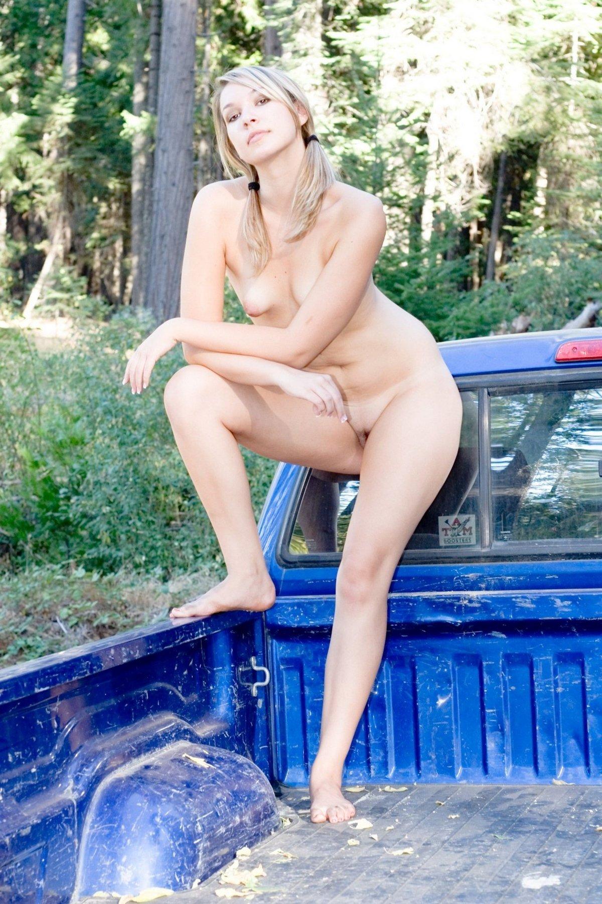 Светловолосая девушка с крохотными сиськами голая в укромном месте