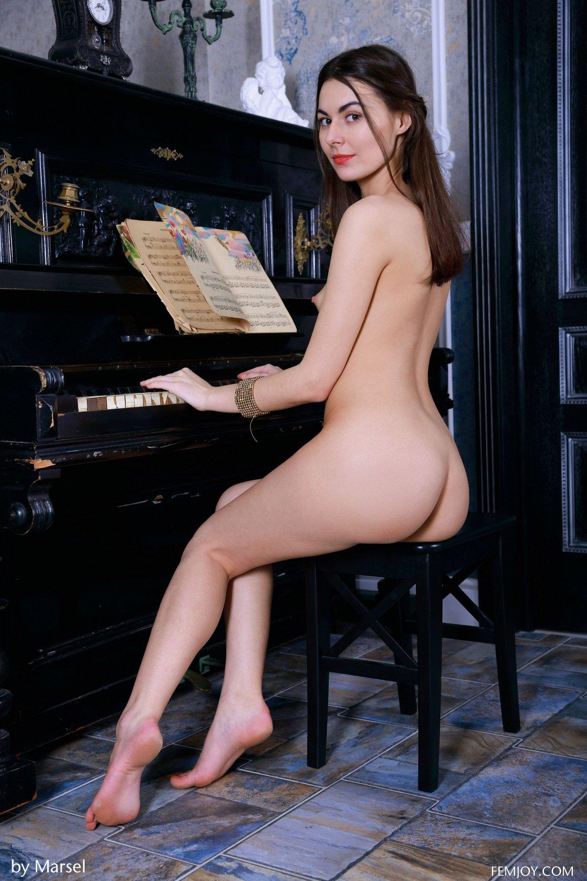 Фото Молодой раздетой бабы возле пианино