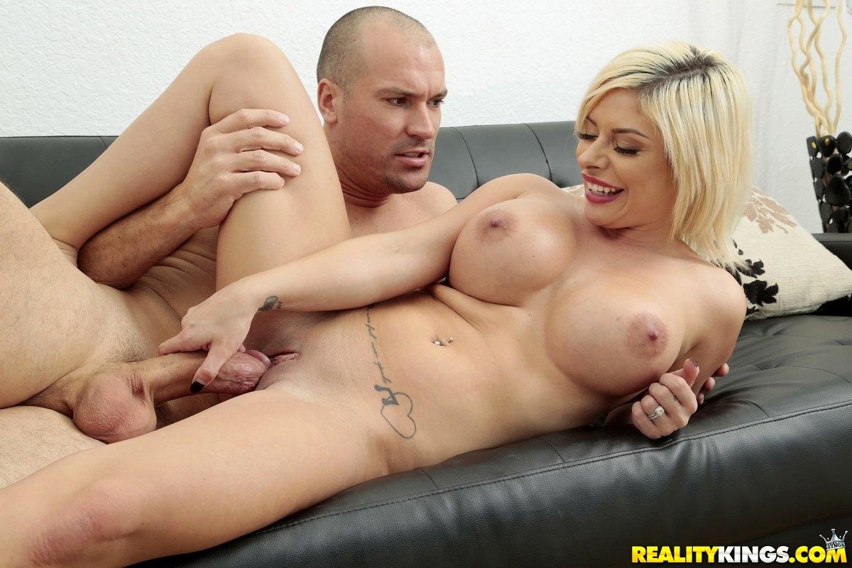 Порно блондинки с тату и с большими сиськами