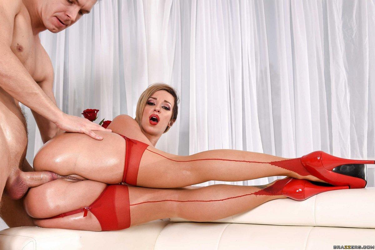 Шикарная попа для анала женщины в красных чулках