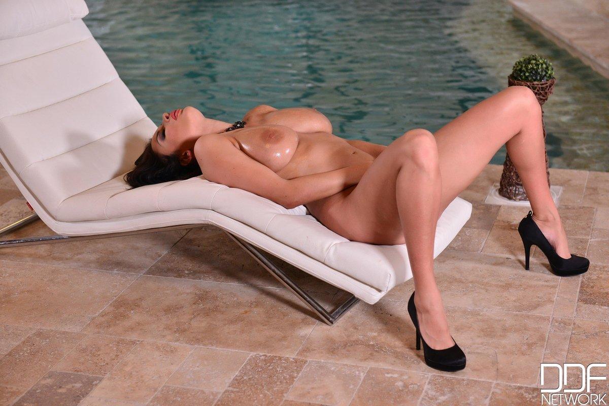 Ню русая порноактрисса с крупными буферами около бассейна
