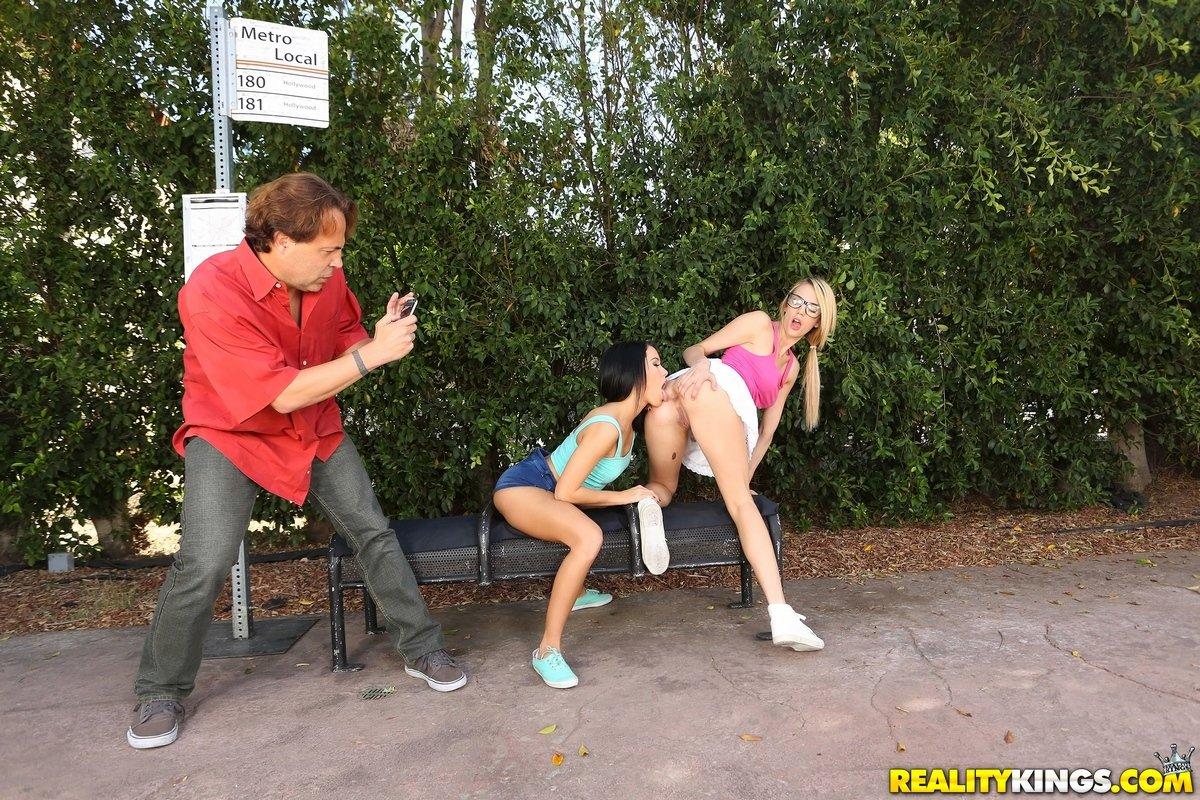 Лесбиянки развлекаются в людных местах смотреть эротику